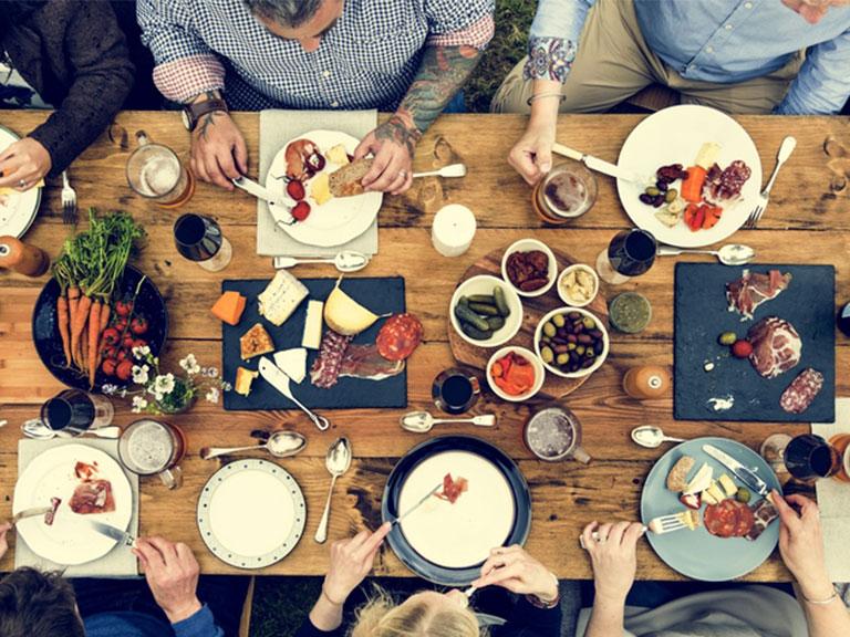 Die richtige Größe für Ihren Esstisch aus Massivholz wählen